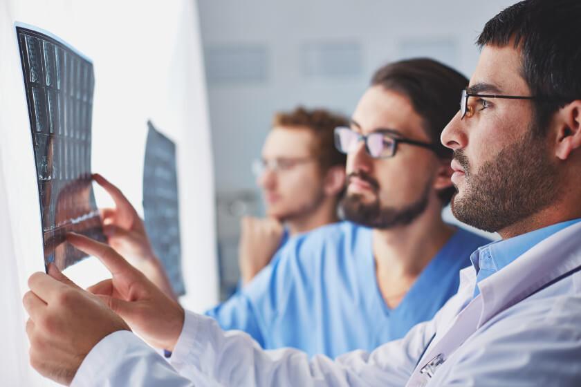medical-team-examining-xray